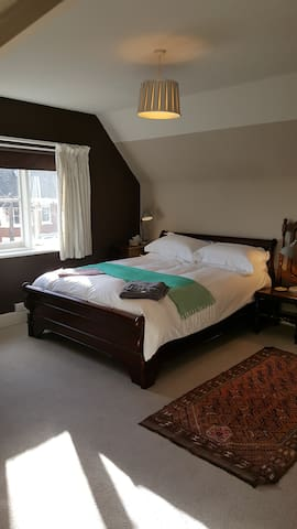 King bedroom& private bathroom central Henley