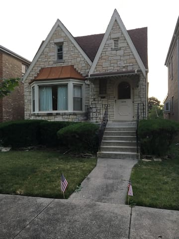 Huge room, 5 min. walk to downtown train. - Berwyn - House