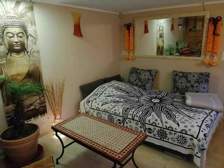 Gästezimmer in  asiatischem Ambiente mit  Sauna.