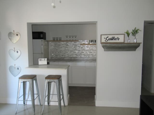 Adorable 1 Bedroom/1 Bath 5 mins from airport