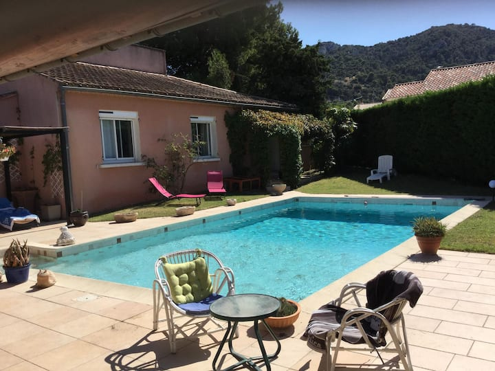Beautiful vacation home with pool located in Robion with a pretty view on the Luberon. 8 people.
