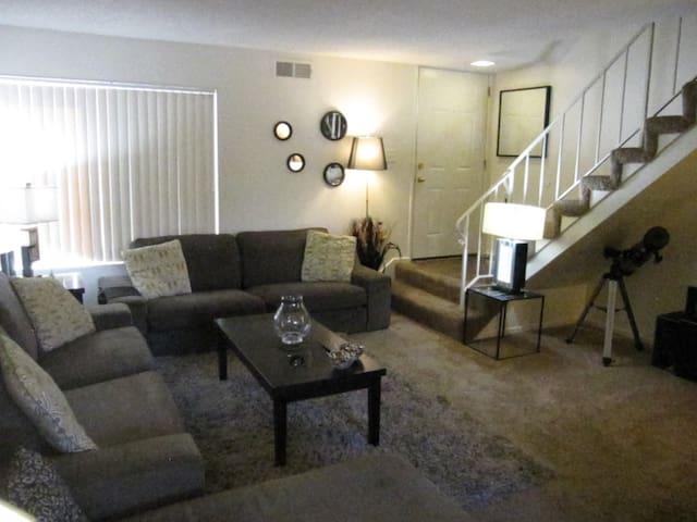 SAN DIEGO TOWNHOUSE, 2 BEDROOM, 1 BATH/ PATIO