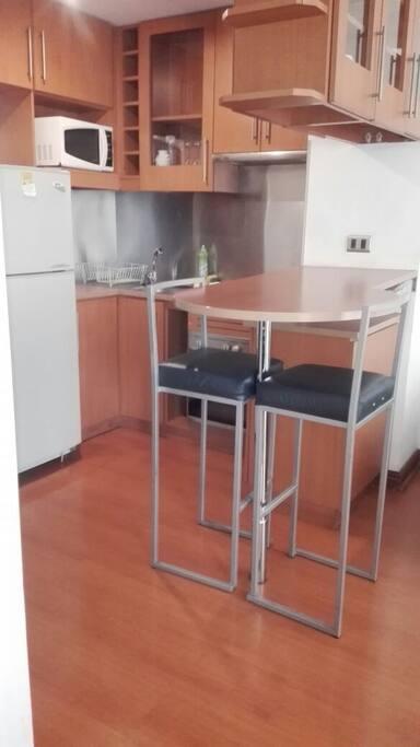 cocina equipada con utensilios de cocina.