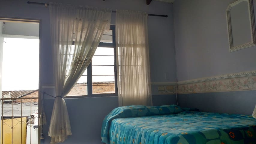 Confort room with private bathroom, 5min center.