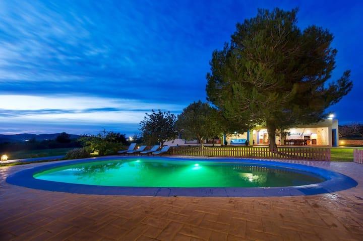 """Magnifique villa """"Casa Carla Ibiza"""" avec vue sur la montagne, Wi-Fi, jardin, terrasse et piscine ; parking disponible, animaux domestiques autorisés"""