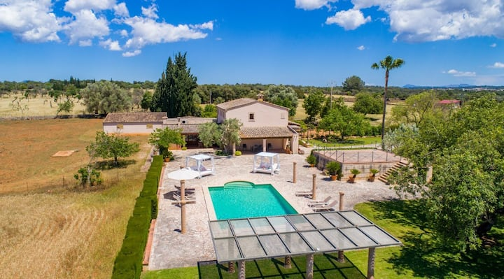 Pool, garden, BBQ, wifi and aircon for 8 guests