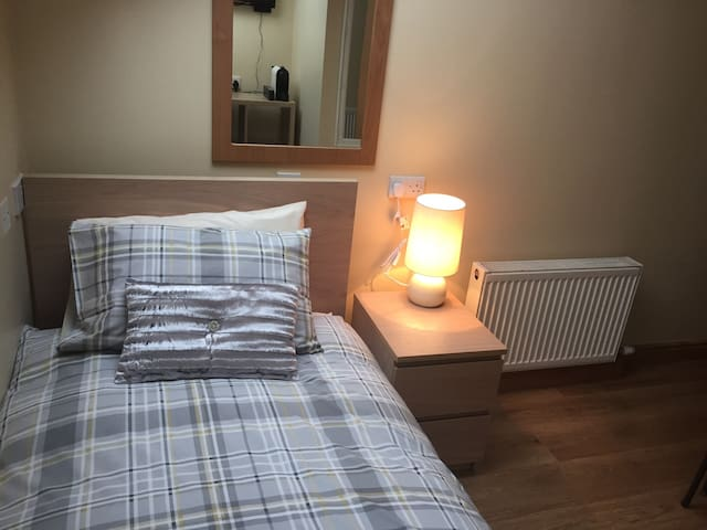 Single Room close to Airport - Santry - Huoneisto