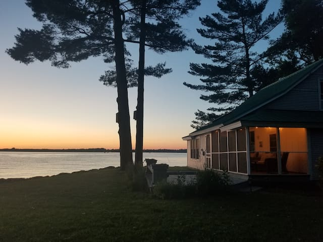 Lake Champlain Cottage-relaxing, amazing sunsets!