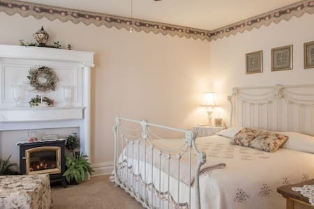 in USA,Walk to Falls, King bed, private bath