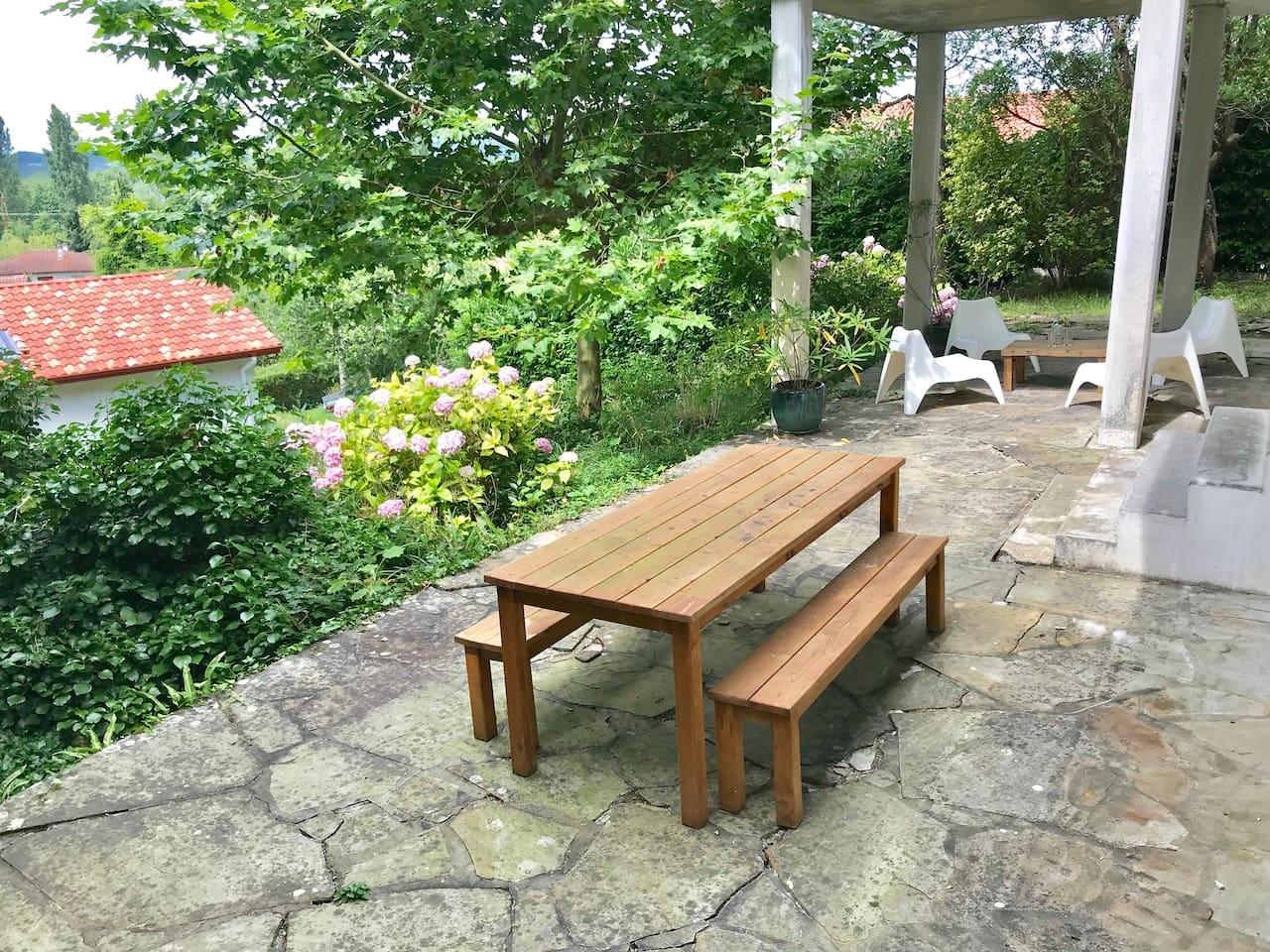 Appartement  situé en bas d'une maison traditionnelle basque avec entrée privative et places de parking. Terrasse privative de 70 m2 avec grande table en bois pour déjeuner et petit coin salon abrité...au milieu de la verdure!