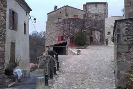Maison verrue dans les remparts d'un château