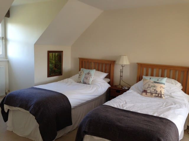 Twin room and ensuite close to centre