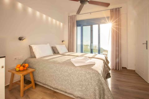 Villa Thalassa: Beautiful  Sunrise Room by the sea