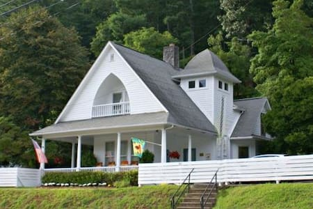 Magnolia Cottage B&B No added fees! Magnolia Room - Dillsboro - Bed & Breakfast