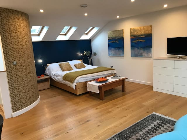 Spacious ensuite double bedroom in private road