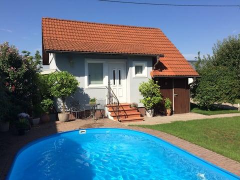 Gæstehus med pool på landet