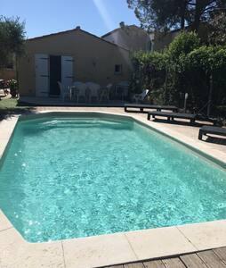 Studio climatisé, piscine. 20m² chez particulier
