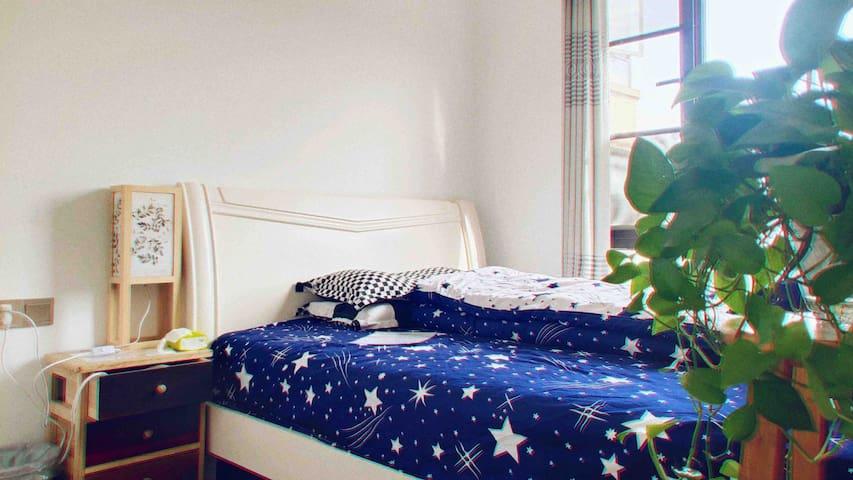 【Andy家•暖阳卧室】岳麓山全景•金星路地铁站•爱旅行的95后年轻夫妇和拉布拉多•真实共享空间