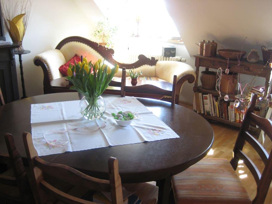 großer Esstisch,  helle Wohnung