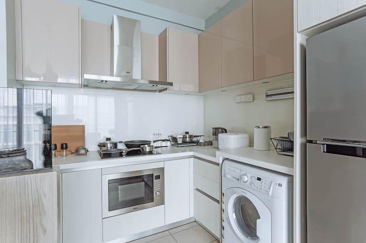 配有全套厨具与餐具的厨房