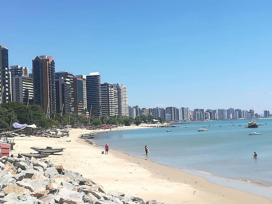 Esta e a praia de Iracema que fica a 7 quadras daqui