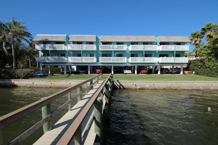 Anna Maria Island Beach Palms 2B-Heated Pool-Free Wi-Fi-Dock-Surrounded By Water