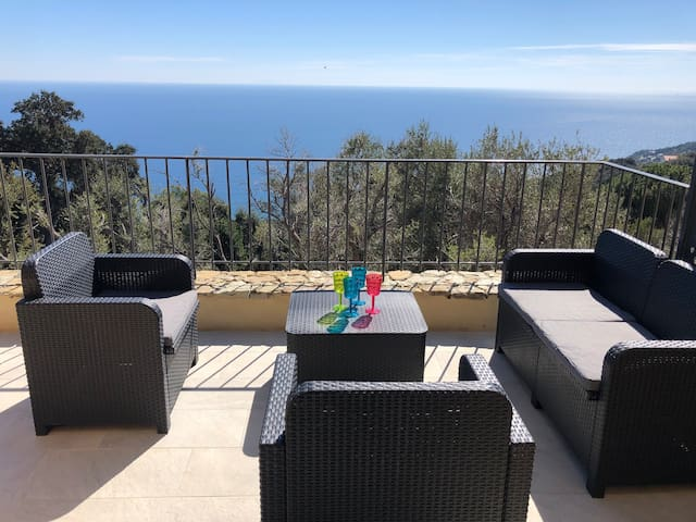 Salon en terrasse avec vue mer