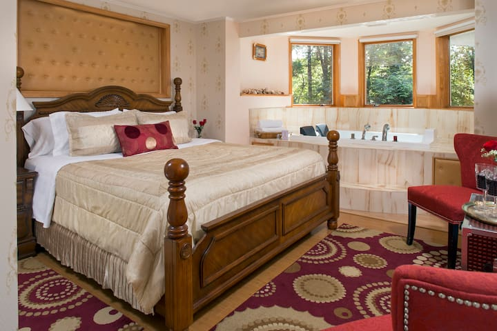 Cherry Valley Manor B&B: Jacuzzi with a View Suite