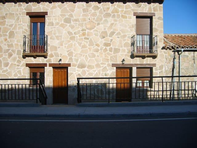 Casa El Caño del Santo. 10 Kms Ávila. 6-12 plazas.