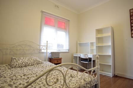 Double bed near UNSW, close proximity to city CBD