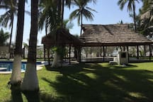 Alberca, jacuzzy, chapoteadero, polo bar y palapas frente al mar en playa privada