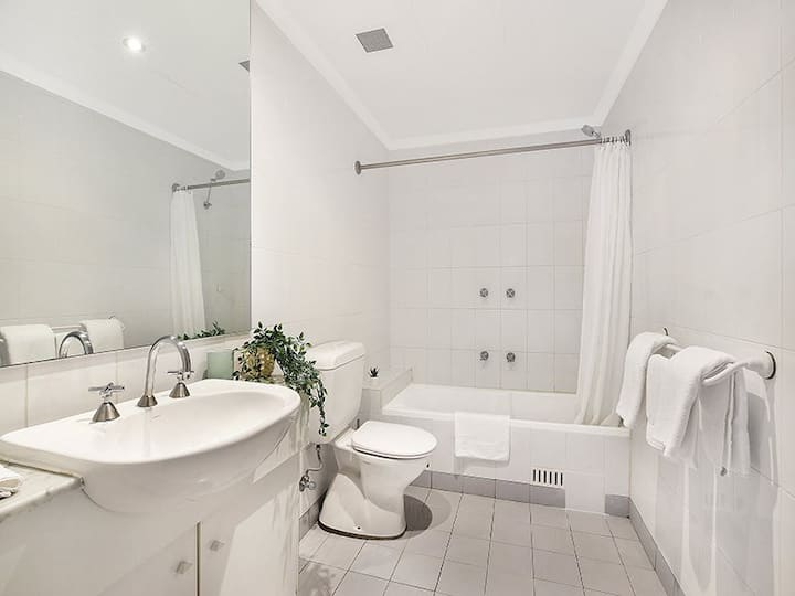 Beautiful 3 Bedroom Apartment, located in a Serviced Building at Coogee Beach