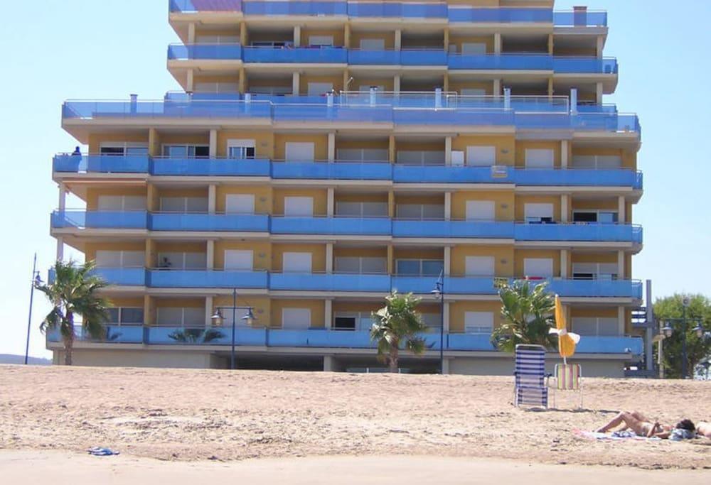 edificio frontal a la playa de arena (playa Norte)