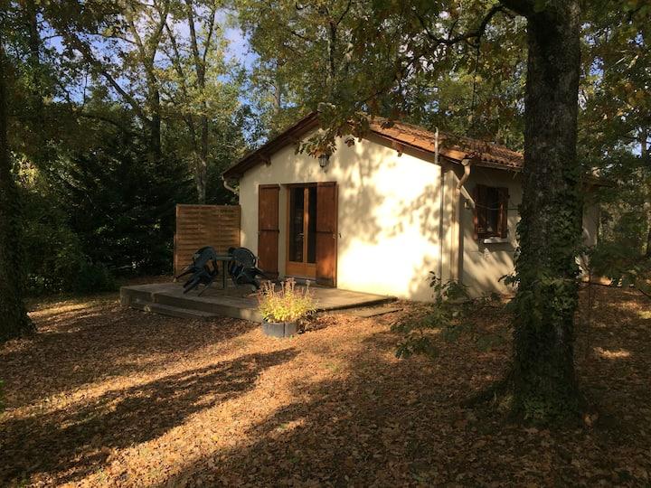 Petite maison dans un parc boisé de 3 hectares.