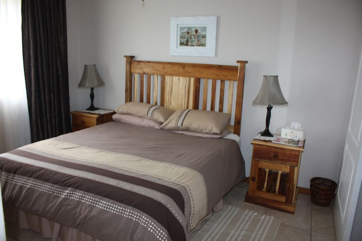 Bedroom 1 with queen size bed and en suite bathroom (shower, basin and wc.