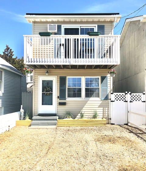 Storybook Seaside home w/deck 1 block from beach