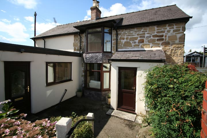Detached Cottage, Wrexham -   3 bedrooms, 6 guests