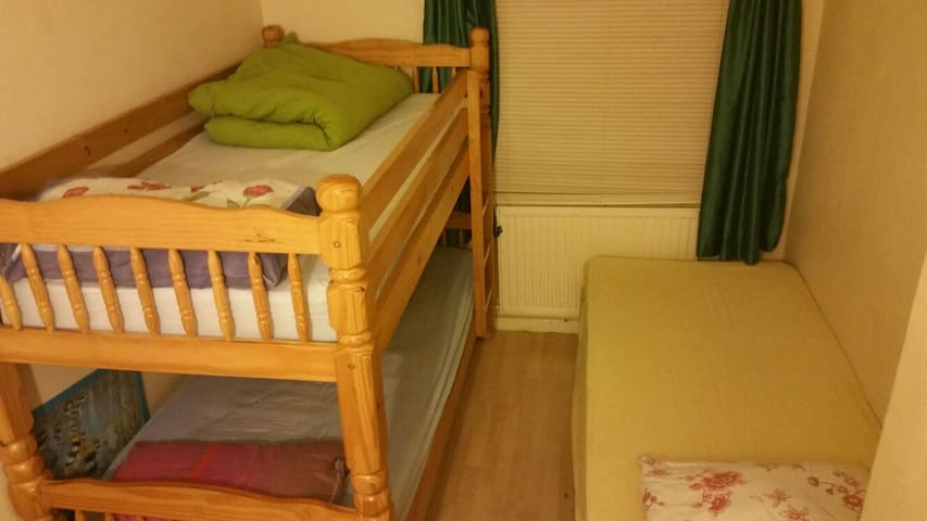 Comfortable room in shared home. Welcoming family! - Enfield - House