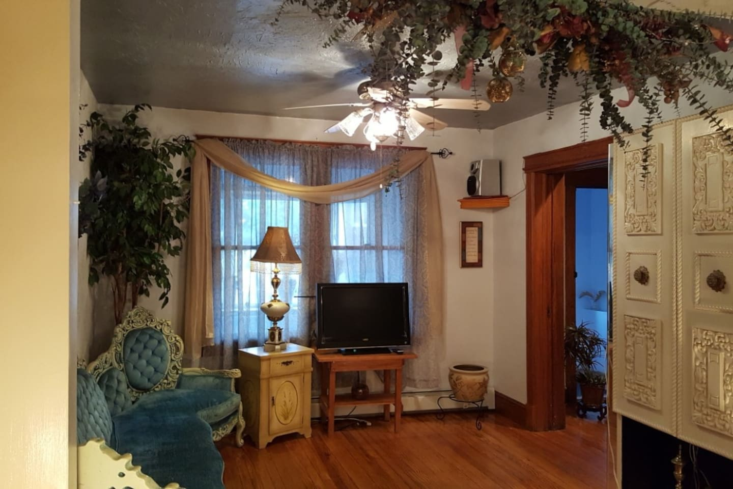 Family-friendly Livingroom w/ an entertainment center with games, puzzles, playing cards and others for your enjoyment