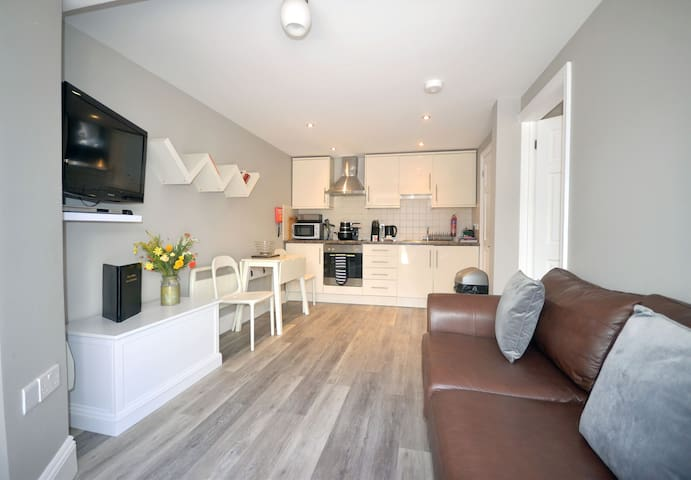 Cosy ground floor apartment within coaching mews in ideal location (34)