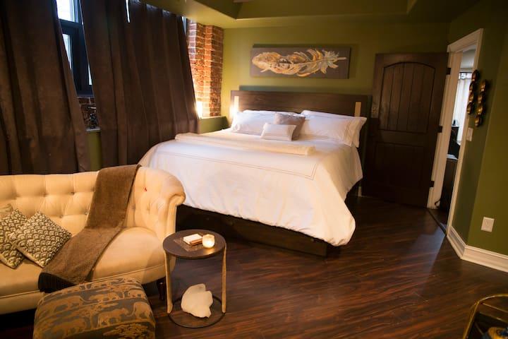Romantic Luxury Stay Sunrise Meditation Spa Suite!