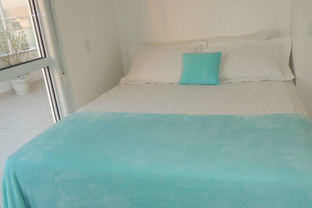 Comfortable king size bed with 4 pillows.  Komfortables Kingsize-Bett mit 4 Kissen.