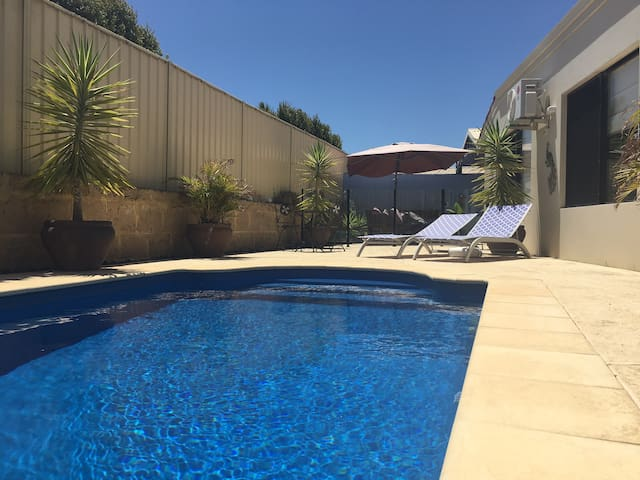 Spacious 3 Bed. Wifi, Private Pool, Quiet Suburb. - Perth - House