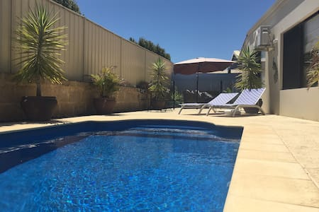 Spacious 3 Bed. Wifi, Private Pool, Quiet Suburb. - Perth - Talo