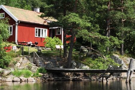 Sommartorp med sjötomt/Summerhouse at the lake - Hällesåker