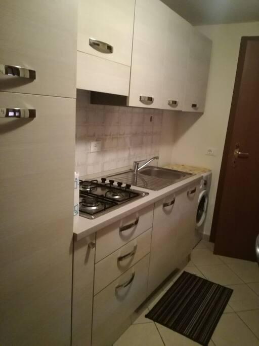 Cucina completa di frigorifero con cella congelante, forno microonde e lavatrice