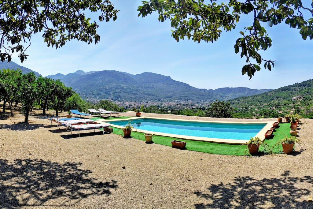 En esta panorámica podemos apreciar la zona de piscina equipada con tumbonas para que nuestros clientes puedan disfrutar del sol y de las estupendas vistas de las que dispone la propiedad.