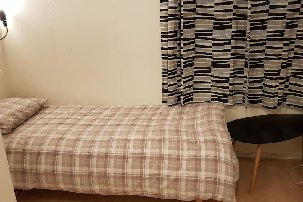 Privat rom med skap, vindu og lite bord