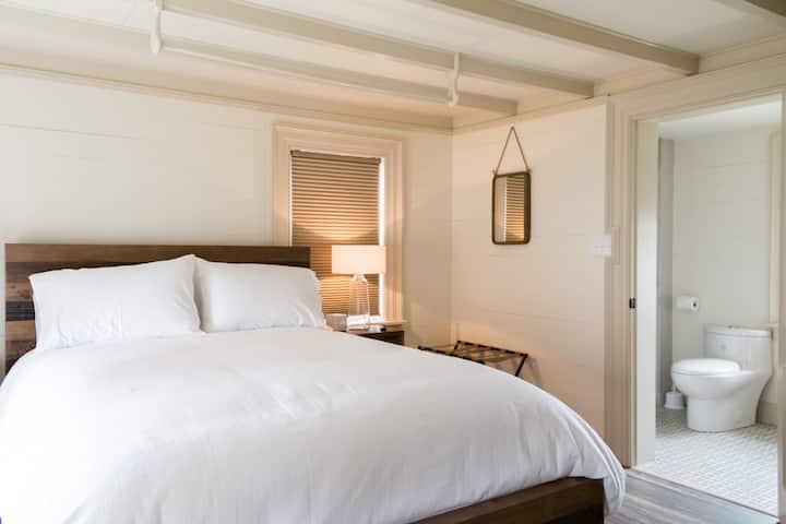 Centrally Located Suite , ♥ of Bonavista-Breakfast