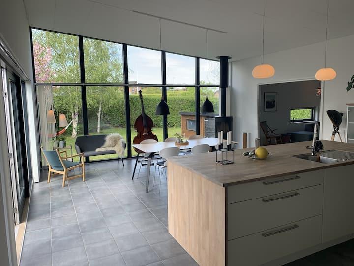 Familie hus på 200 m2 med brændeovn, 2 terrasser